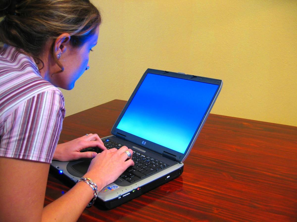 étudiant utilisant un ordinateur